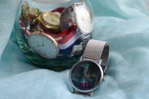 Szklany pojemnik z zegarkami