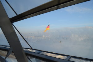 flaga Niemiec za szybą