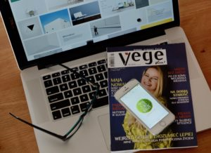 laptop, gazeta vegetables, okulary, zero waste na telefonie