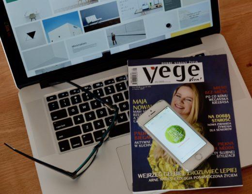 laptop, gazeta vegetables, okulary, zero waste na telefonie
