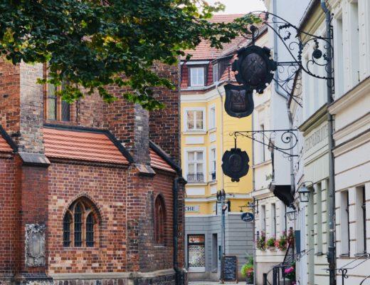 Jedna z urokliwych uliczek przy kościele