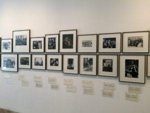 Fotografie tworzące ekspozycję w Museum Kennedys