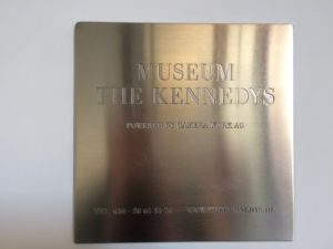 Tabliczka na wejściu do Museum Kennedys